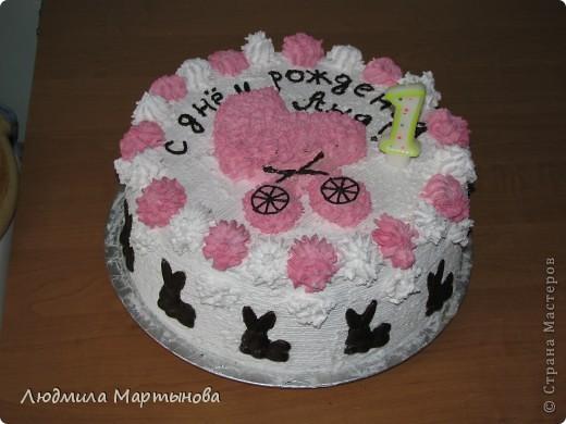 Этот тортик пекла к Дню Рождения дочурки. Получился довольно таки большим. Около 8 кг. МК по приготовлению Медовика есть в моём блоге. фото 1