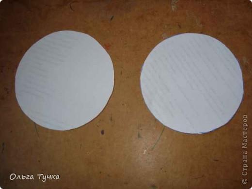 вырезала два одинаковых кружочка для дна фото 1