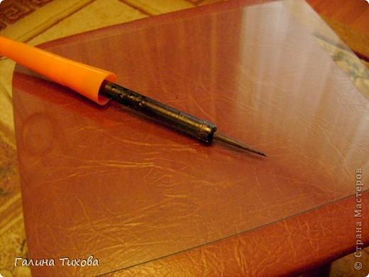 Для изготовления роз мне потребовались: ткань (можно шёлк, креп-сатен, парчу, атлас и т.д.), двужильный жёсткий провод, тонкая медная проволока,картон (для лекал), паяльник с острым наконечником), стекло, клеевой термопистолет, ножницы, свеча. фото 3