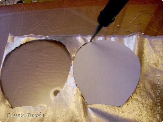 Для изготовления роз мне потребовались: ткань (можно шёлк, креп-сатен, парчу, атлас и т.д.), двужильный жёсткий провод, тонкая медная проволока,картон (для лекал), паяльник с острым наконечником), стекло, клеевой термопистолет, ножницы, свеча. фото 5