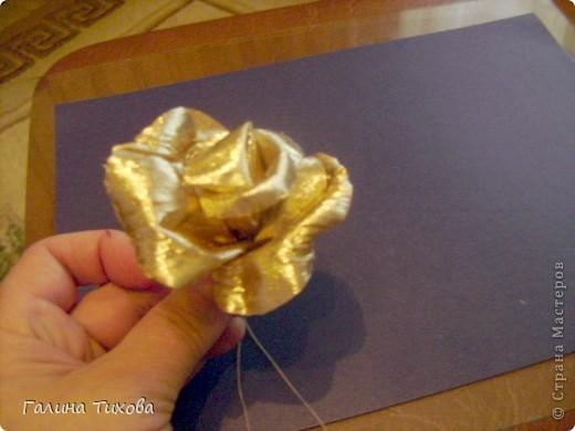 Для изготовления роз мне потребовались: ткань (можно шёлк, креп-сатен, парчу, атлас и т.д.), двужильный жёсткий провод, тонкая медная проволока,картон (для лекал), паяльник с острым наконечником), стекло, клеевой термопистолет, ножницы, свеча. фото 15