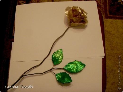Для изготовления роз мне потребовались: ткань (можно шёлк, креп-сатен, парчу, атлас и т.д.), двужильный жёсткий провод, тонкая медная проволока,картон (для лекал), паяльник с острым наконечником), стекло, клеевой термопистолет, ножницы, свеча. фото 18