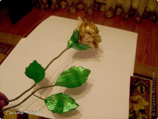 Для изготовления роз мне потребовались: ткань (можно шёлк, креп-сатен, парчу, атлас и т.д.), двужильный жёсткий провод, тонкая медная проволока,картон (для лекал), паяльник с острым наконечником), стекло, клеевой термопистолет, ножницы, свеча. фото 20