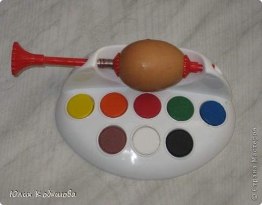 Это набор для раскрашивания яиц к Пасхе. Состав : держатель для яиц, краски для росписи, кисточка (правда не очень хорошая), таблетки-красители. Очень удобно для детей, не нужно держать яичко в руках, оно крепится на держателе, его можно крутить, поворачивая яичко той стороной, которую еще не покрасили, и рука остаются чистыми, да и на яичке следов от пальцев не остается. фото 3