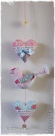 Вот такими тёплыми сердечками я украсила дом в День Святого Валентина. Сшила их из фланели,набила синтепухом и закрепила на ветке. фото 10