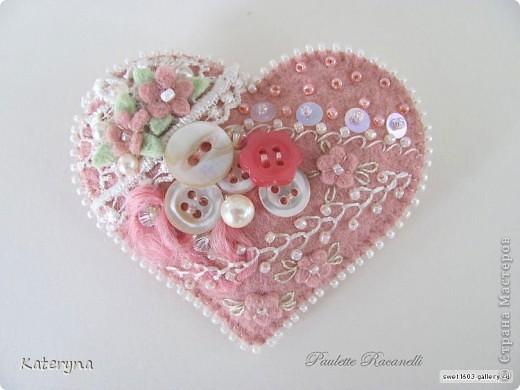 Вот такими тёплыми сердечками я украсила дом в День Святого Валентина. Сшила их из фланели,набила синтепухом и закрепила на ветке. фото 6