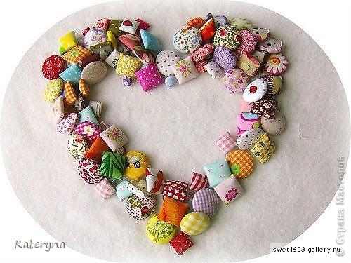Вот такими тёплыми сердечками я украсила дом в День Святого Валентина. Сшила их из фланели,набила синтепухом и закрепила на ветке. фото 12