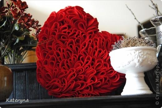 Вот такими тёплыми сердечками я украсила дом в День Святого Валентина. Сшила их из фланели,набила синтепухом и закрепила на ветке. фото 11