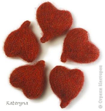 Вот такими тёплыми сердечками я украсила дом в День Святого Валентина. Сшила их из фланели,набила синтепухом и закрепила на ветке. фото 9