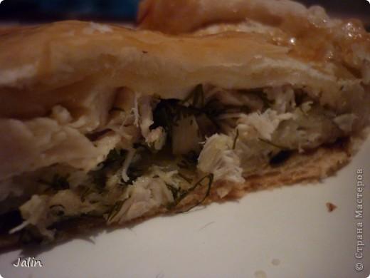 Очень люблю разные пироги с курицей или мясом, особенно, из слоеного теста. Хочу поделиться с вами очень простым, быстрым (на приготовление уходит всего примерно час) в приготовлении и вкусным пирогом с курицей и грибами из готового слоеного теста! )  Нам понадобится:      * Тесто слоеное (готовое, я брала дрожжевое) — 1 пачка     * Грудка куриная ~ 2 шт.     * Шампиньоны (свежие) — 300 г     * Сыр твeрдый — 100 г     * Лук репчатый — 2 шт.     * Зелень (петрушка, укроп)     * Масло рaстительное (для жарки грибов)     * Яйцо (куриное сырое, смазать пирог) — 1 шт.  фото 2