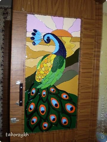Эта работа была выполнена акриловыми красками в сочитании с витражными.Просто была в гостях и хозяйке хотелось чтоб вместо простого стекла что нибудь было...Вот мои ручки до дверей и добрались. фото 1