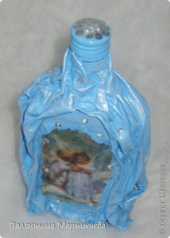 Вот и я сделала бутылочку под святую воду для своей мамы. Салфетку белую пропустила через принтер, вроде получилось...бязь, акриловые краски, лак, стразы и пайетки. фото 4