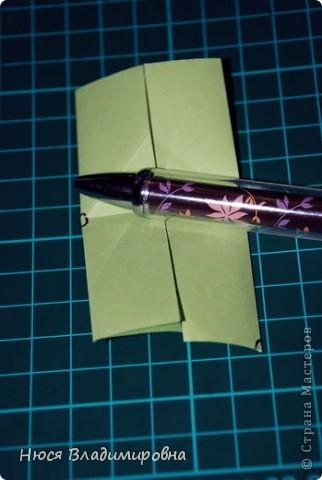 ВСЕМ добрый день, вечер, ночь ... это снова Я , но в этот раз я не с открытками, а с творчеством с которого началось мое знакомство со Страной Мастеров и вообще с миром рукодельного творчества - это оригами,  а если быть точнее с разновидностью оригами - это кусудамы - бумажные шарики, которые вот уже второй год не дают мне спойно спать... так как благодаря им, все и началось и мое творческое взросление и открытие крыжка  и много много чего в жизни изменилось с познанием этого чудного творчества. Этот шарик , я очень люблю - хоть немного он и заморочный в складывании - результат стоит того !!! (да и после 10 модуля - все складывается с закрытими глазами)  фото 13