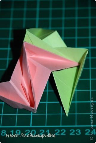 ВСЕМ добрый день, вечер, ночь ... это снова Я , но в этот раз я не с открытками, а с творчеством с которого началось мое знакомство со Страной Мастеров и вообще с миром рукодельного творчества - это оригами,  а если быть точнее с разновидностью оригами - это кусудамы - бумажные шарики, которые вот уже второй год не дают мне спойно спать... так как благодаря им, все и началось и мое творческое взросление и открытие крыжка  и много много чего в жизни изменилось с познанием этого чудного творчества. Этот шарик , я очень люблю - хоть немного он и заморочный в складывании - результат стоит того !!! (да и после 10 модуля - все складывается с закрытими глазами)  фото 25