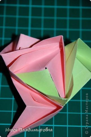 ВСЕМ добрый день, вечер, ночь ... это снова Я , но в этот раз я не с открытками, а с творчеством с которого началось мое знакомство со Страной Мастеров и вообще с миром рукодельного творчества - это оригами,  а если быть точнее с разновидностью оригами - это кусудамы - бумажные шарики, которые вот уже второй год не дают мне спойно спать... так как благодаря им, все и началось и мое творческое взросление и открытие крыжка  и много много чего в жизни изменилось с познанием этого чудного творчества. Этот шарик , я очень люблю - хоть немного он и заморочный в складывании - результат стоит того !!! (да и после 10 модуля - все складывается с закрытими глазами)  фото 26
