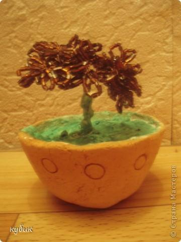 вот такой я сплела цветочек, без всяких схем и вот , что получилось:))))))))горшочек из глины, привезли как сувенир из палеодеревни, решила его использовать вот так:)))) фото 1