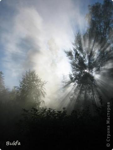 Не спится… Скоро рассвет. Мрачное молочно-серое небо проглядывает через щели жалюзи. Закрываю глаза… Хочется выглянуть в окно и увидеть ярко-голубое солнечное небо, хочется пения птиц, буйства зелени и тепла…тепла… И вспомнились фото неба, приехавшие ко мне из разных стран. Давай-ка посмотрю! Небо. Оно какое? Безразлично-вечное, вечно-завораживающее, завораживающе-разное. Если закрыть ладошками боковой обзор и взглянуть на небо в разных точках мира… Можно ли определить, где ты находишься, если тебя с завязанными глазами привезли сюда. Наверное, нет.  фото 17
