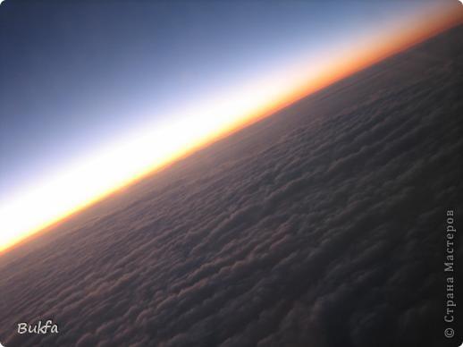 Не спится… Скоро рассвет. Мрачное молочно-серое небо проглядывает через щели жалюзи. Закрываю глаза… Хочется выглянуть в окно и увидеть ярко-голубое солнечное небо, хочется пения птиц, буйства зелени и тепла…тепла… И вспомнились фото неба, приехавшие ко мне из разных стран. Давай-ка посмотрю! Небо. Оно какое? Безразлично-вечное, вечно-завораживающее, завораживающе-разное. Если закрыть ладошками боковой обзор и взглянуть на небо в разных точках мира… Можно ли определить, где ты находишься, если тебя с завязанными глазами привезли сюда. Наверное, нет.  фото 1