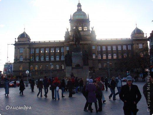 Прага является столицей и крупнейшим городом Чешской республики. Она расположена на реке Влтаве в центральной Богемии. В ней проживает примерно 1.2 миллиона человек. Достопримечательности Праги заслуженно пользуются громадной популярностью у многочисленных туристов. фото 8