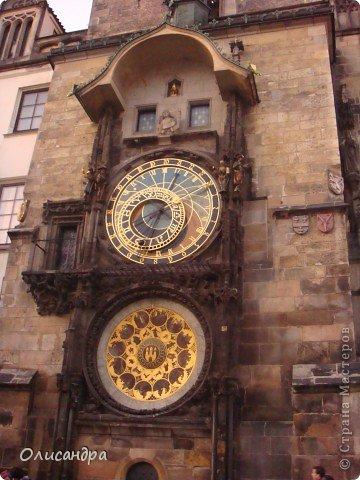 Прага является столицей и крупнейшим городом Чешской республики. Она расположена на реке Влтаве в центральной Богемии. В ней проживает примерно 1.2 миллиона человек. Достопримечательности Праги заслуженно пользуются громадной популярностью у многочисленных туристов. фото 11
