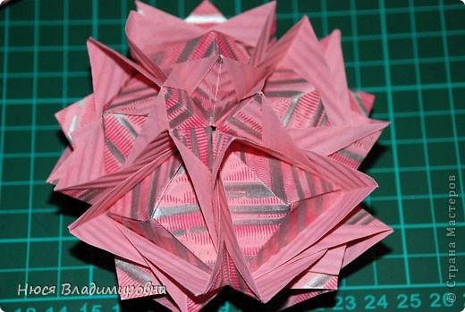 ВСЕМ добрый день, вечер, ночь ... это снова Я , но в этот раз я не с открытками, а с творчеством с которого началось мое знакомство со Страной Мастеров и вообще с миром рукодельного творчества - это оригами,  а если быть точнее с разновидностью оригами - это кусудамы - бумажные шарики, которые вот уже второй год не дают мне спойно спать... так как благодаря им, все и началось и мое творческое взросление и открытие крыжка  и много много чего в жизни изменилось с познанием этого чудного творчества. Этот шарик , я очень люблю - хоть немного он и заморочный в складывании - результат стоит того !!! (да и после 10 модуля - все складывается с закрытими глазами)  фото 28