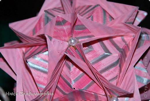 ВСЕМ добрый день, вечер, ночь ... это снова Я , но в этот раз я не с открытками, а с творчеством с которого началось мое знакомство со Страной Мастеров и вообще с миром рукодельного творчества - это оригами,  а если быть точнее с разновидностью оригами - это кусудамы - бумажные шарики, которые вот уже второй год не дают мне спойно спать... так как благодаря им, все и началось и мое творческое взросление и открытие крыжка  и много много чего в жизни изменилось с познанием этого чудного творчества. Этот шарик , я очень люблю - хоть немного он и заморочный в складывании - результат стоит того !!! (да и после 10 модуля - все складывается с закрытими глазами)  фото 29