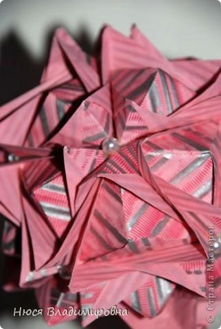 ВСЕМ добрый день, вечер, ночь ... это снова Я , но в этот раз я не с открытками, а с творчеством с которого началось мое знакомство со Страной Мастеров и вообще с миром рукодельного творчества - это оригами,  а если быть точнее с разновидностью оригами - это кусудамы - бумажные шарики, которые вот уже второй год не дают мне спойно спать... так как благодаря им, все и началось и мое творческое взросление и открытие крыжка  и много много чего в жизни изменилось с познанием этого чудного творчества. Этот шарик , я очень люблю - хоть немного он и заморочный в складывании - результат стоит того !!! (да и после 10 модуля - все складывается с закрытими глазами)  фото 30