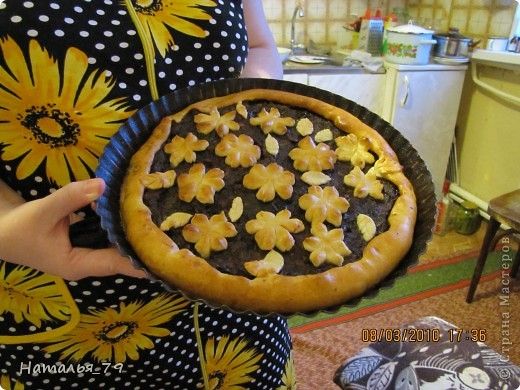 Круглый пирог с яблоками и простым украшением фото 1