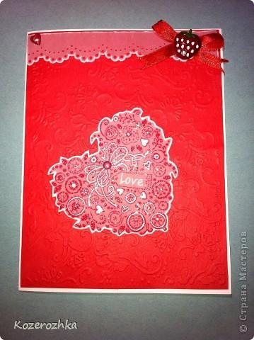 """Открытку сделала с применением разных техник. Красную бумагу тиснила на спец. машинке (узор цветы и листья). Конва сверху это пергамент и дырокол, потом спец. палочкой выдавила по краям полосу. Пергамент на клей обычно не """"садят"""", поэтому с лева это люверс красное сердечко, а справа это тесьма и пуговка (закрыли клей). Сердце делала из пергамента: штам, красные чернила, затем посыпала вперемешку белой и блестящей пудрой для эмбосинга, высушила спец. феном, затем выдавила некоторые элементы палочкой для пергамано. Сердце держится на розовом брадсе, его можно крутить в разные стороны. фото 1"""