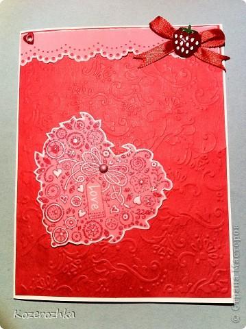 """Открытку сделала с применением разных техник. Красную бумагу тиснила на спец. машинке (узор цветы и листья). Конва сверху это пергамент и дырокол, потом спец. палочкой выдавила по краям полосу. Пергамент на клей обычно не """"садят"""", поэтому с лева это люверс красное сердечко, а справа это тесьма и пуговка (закрыли клей). Сердце делала из пергамента: штам, красные чернила, затем посыпала вперемешку белой и блестящей пудрой для эмбосинга, высушила спец. феном, затем выдавила некоторые элементы палочкой для пергамано. Сердце держится на розовом брадсе, его можно крутить в разные стороны. фото 2"""