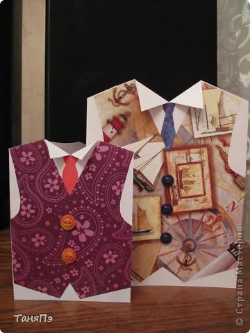 """Вот такие открытки мы с девочками сделали на 23 февраля учителям и мальчикам. За основу взяли белую бумагу для черчения (1/2 листа, кроме той ,что с кораблями: она из целого листа сложенного пополам). Жилет из красивой упаковочной бумаги. Пуговки приклеили на """"Титан"""".  фото 1"""