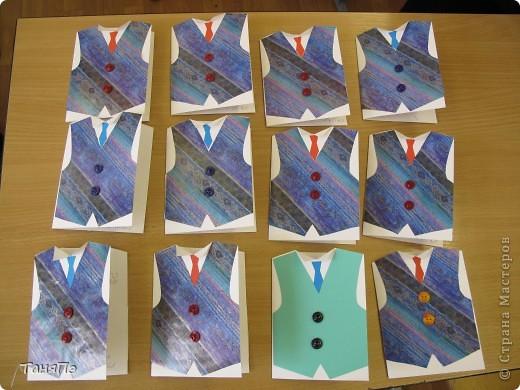 """Вот такие открытки мы с девочками сделали на 23 февраля учителям и мальчикам. За основу взяли белую бумагу для черчения (1/2 листа, кроме той ,что с кораблями: она из целого листа сложенного пополам). Жилет из красивой упаковочной бумаги. Пуговки приклеили на """"Титан"""".  фото 4"""