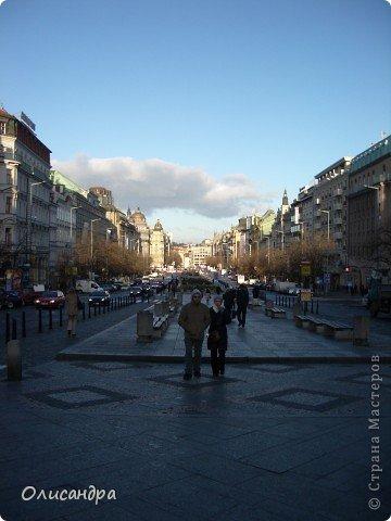 Прага является столицей и крупнейшим городом Чешской республики. Она расположена на реке Влтаве в центральной Богемии. В ней проживает примерно 1.2 миллиона человек. Достопримечательности Праги заслуженно пользуются громадной популярностью у многочисленных туристов. фото 7