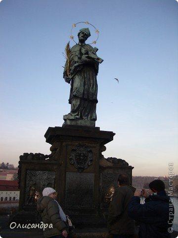 Прага является столицей и крупнейшим городом Чешской республики. Она расположена на реке Влтаве в центральной Богемии. В ней проживает примерно 1.2 миллиона человек. Достопримечательности Праги заслуженно пользуются громадной популярностью у многочисленных туристов. фото 18