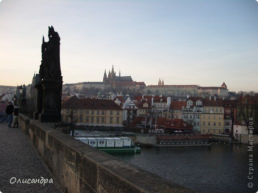 Прага является столицей и крупнейшим городом Чешской республики. Она расположена на реке Влтаве в центральной Богемии. В ней проживает примерно 1.2 миллиона человек. Достопримечательности Праги заслуженно пользуются громадной популярностью у многочисленных туристов. фото 1