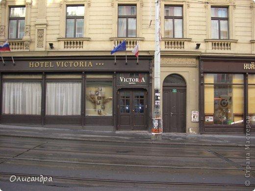 Прага является столицей и крупнейшим городом Чешской республики. Она расположена на реке Влтаве в центральной Богемии. В ней проживает примерно 1.2 миллиона человек. Достопримечательности Праги заслуженно пользуются громадной популярностью у многочисленных туристов. фото 2