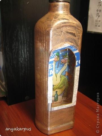 Вот такую бутылку сделала я (мама Кати) в подарок. Сейчас в процессе вторая, а в планах третья. Надеюсь успеть к празднику. Большое спасибо за идею Кукуне http://stranamasterov.ru/node/146557 . В процессе работы столкнулась с массой вопросов, поэтому решила сделать МК.  фото 3