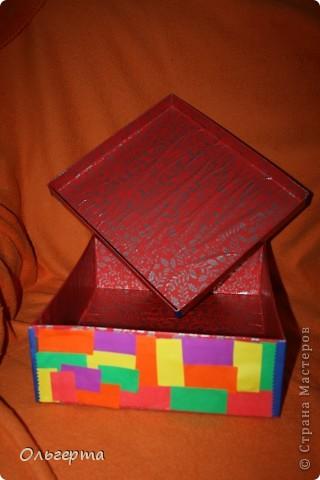 Взяла старую коробку из под обуви, обклеила её самыми разными кусочками цветной бумаги снаружи. фото 2