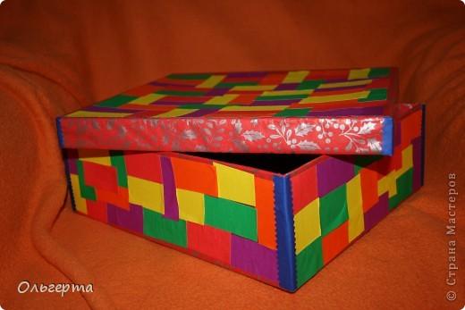 Взяла старую коробку из под обуви, обклеила её самыми разными кусочками цветной бумаги снаружи. фото 1