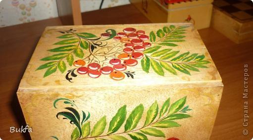 В таком коробе продавалась керамическая баночка для чая в форме бананов. Дочь расписала его все той же любимой рябиной. фото 4