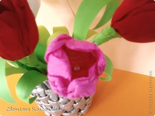 Скоро весенний праздник и захотелось сделать цветочки в стиле свит-дизайна. Спасибо Татьяне Просняковой за МК по тюльпанам. Правда не нашла зеленой горированной бумаги, пришлось применить цветную бумагу для принтера. Подставка сплетена из газеты и покрашена серебристой краской из балончика.  фото 3