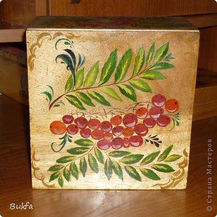 В таком коробе продавалась керамическая баночка для чая в форме бананов. Дочь расписала его все той же любимой рябиной. фото 1