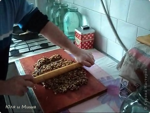 Приготовим КОЗИНАКУ!  Нам понадобится: 250 г  меда 4 ч. ложки сахара 500 г. грецких орехов фото 10