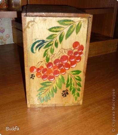 В таком коробе продавалась керамическая баночка для чая в форме бананов. Дочь расписала его все той же любимой рябиной. фото 3