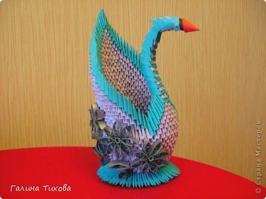 Для создания такого лебедя мне понадобилось:1111модулей. Сиреневых 973 модуля (31 лист); синих 136 модулей (5 листов); чёрных 1 модуль; красных 1 модуль. фото 1
