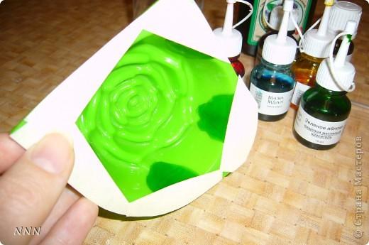 """Вот такое мыло сделать очень не сложно. Нам потребуется: силиконовая форма """"Роза"""", мыльная основа (прозрачная и белая) - определить кол-во можно след. образом: мелко порезать основу, заполнить ей форму, если недостаточно, то нарезать ещё (берите чуть больше """"с небольшой горкой""""), краситель зелёный, ароматизатор (в данном случае """"Магнолия"""") или эфирное масло на ваш вкус 2-3 капли, спирт (подойдет обычный медицинский), масло - основа на ваш вкус (пальмоядровое, карите, кокосовое  или др.) 1/3 чайной ложки,   глиттер (блёстки).  фото 3"""