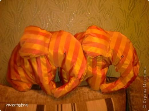Мои слоники! От новых штор остались обрезки, нужно же их куда-то пристроить! Вот и получились диванные подушки!