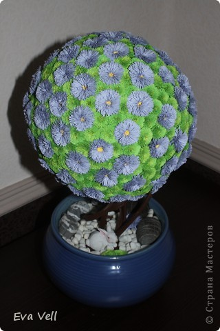 Вот такое первое дерево счастья получилось у меня... Сделала в подарок бабушке на ДР. Все модули (листики и цветочки) сделаны в технике квиллинг. Получилась большая трудоемкая работа - делала около 2-ух месяцев.  фото 1