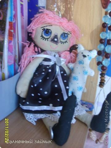 Давно засматривалась на кукол в стиле примитив. А тут три дня назад подруга принесла остаток ткани, и кукла не замедлила появиться. Правда пока не назвали. фото 1