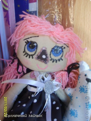 Давно засматривалась на кукол в стиле примитив. А тут три дня назад подруга принесла остаток ткани, и кукла не замедлила появиться. Правда пока не назвали. фото 2